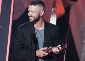 Justin Timberlake shows how to pull of the t-shirt and suit