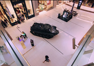 New Video: The Grand Tour drives tank through Dubai Mall