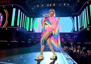 Fans are not pleased with Taylor Swift's punctuation