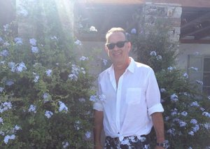 Tom Hanks ties his shirt in the front (so you can too)
