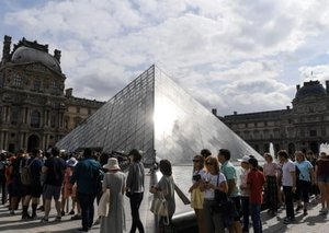Mona Lisa visitors at the Louvre given only a minute with famous painting