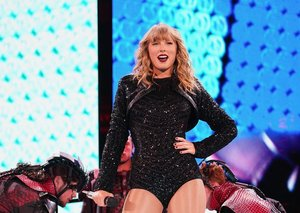 Taylor Swift brought the Scooter Braun feud to her AMAs performance last night