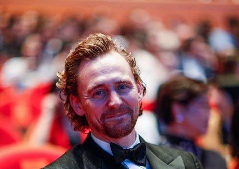 Tom Hiddleston knows the secrets to 'black tie'