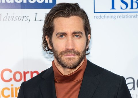 Jake Gyllenhaal is here to demonstrate the roll-neck