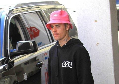 Justin Bieber has a cute, hot pink bucket hat