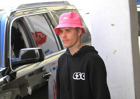 Justin Bieber has a cute, hot pink bucket hat
