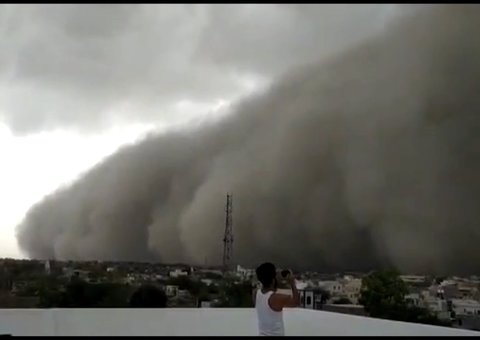 Apocalyptic dust storm engulfs India's Golden City