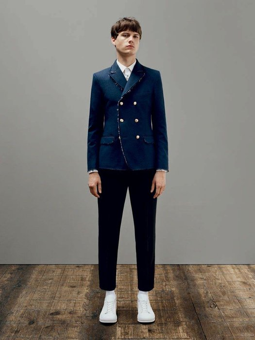 1. Mod Tailoring - Jackets are tailored to look neat and fitted; the body and sleeves are shortened and trousers are cropped to sit above the ankle.