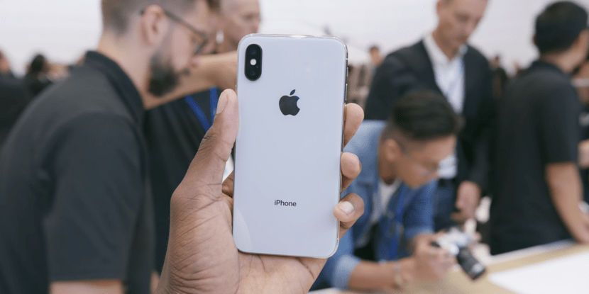 Iphone X, Apple, IPhone UAE, Apple's most expensive device the 'iPhone X' sells out in minutes, 10 minutes after it was made available, The newly introduced device was no more available for pre-order, IPhone X Pre-order