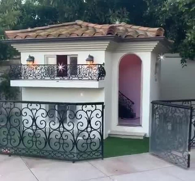 Paris Hilton, Dog Mansion